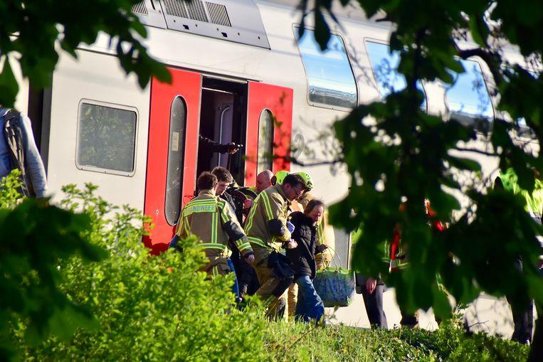 De brandweer hielp de gestrande reizigers van de trein.