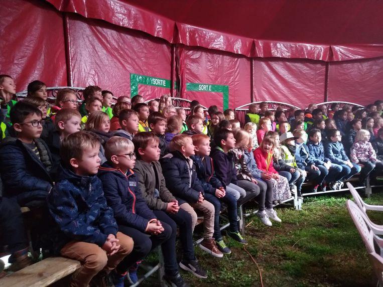 Lagere scholen De Mozaïek en De Cirkel bezoeken circus Pepino