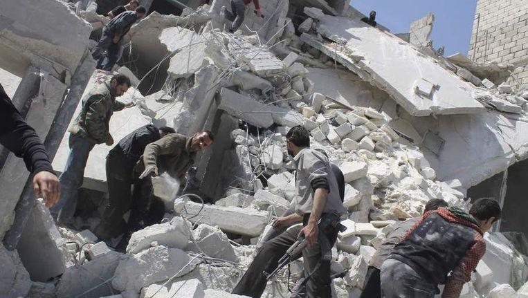Zoeken naar slachtoffers van een luchtaanval in Aleppo. Beeld reuters