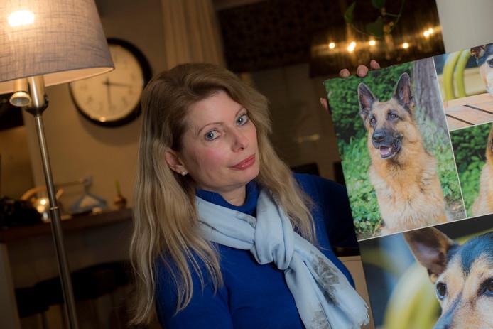 Yvonne Son Stolk met een foto van haar overleden herdershond Üllie.