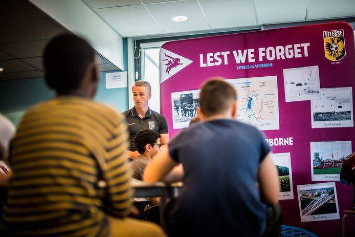 Medewerkers van Vitesse Betrokken bezochten woensdag basisschool De Werf.