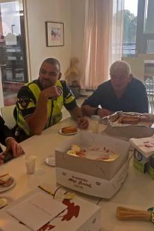 Gebak en worstenbroodjes als bedankje voor inzet agenten tegen geweldsexplosie in Doetinchem