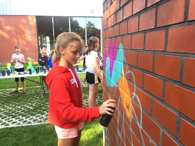 De creatiefste kinderen mochten de muur aan het zwembad een nieuwe look geven