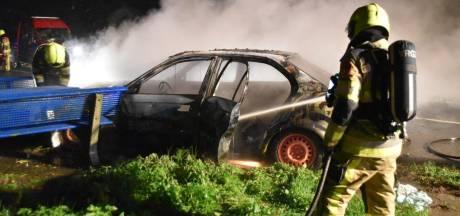 Verlaten auto brandt uit op parkeerplaats in Gameren
