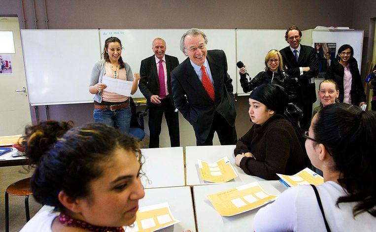 Jozias van Aartsen, toen nog burgemeester van Den Haag, neemt de absenten op in de klas van school De Haagse. Van Aartsen bezocht de school in het kader van de zesde editie van de Dag van de Leerplicht. Beeld ANP