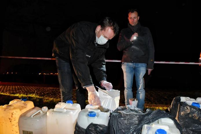 Op de handschoen zit mogelijk DNA van de drugsdumper.