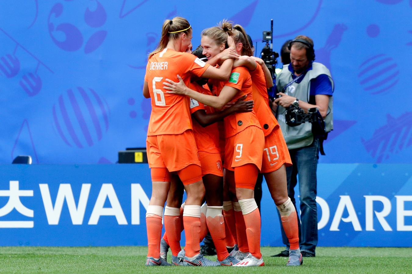 Vivianne Miedema is na haar 3-1 tegen Kameroen het middelpunt van het Oranjefeestje.