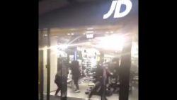 Na racistisch incident in België, nu al vier filialen van sportwinkel geplunderd. Dit weekend betoging gepland