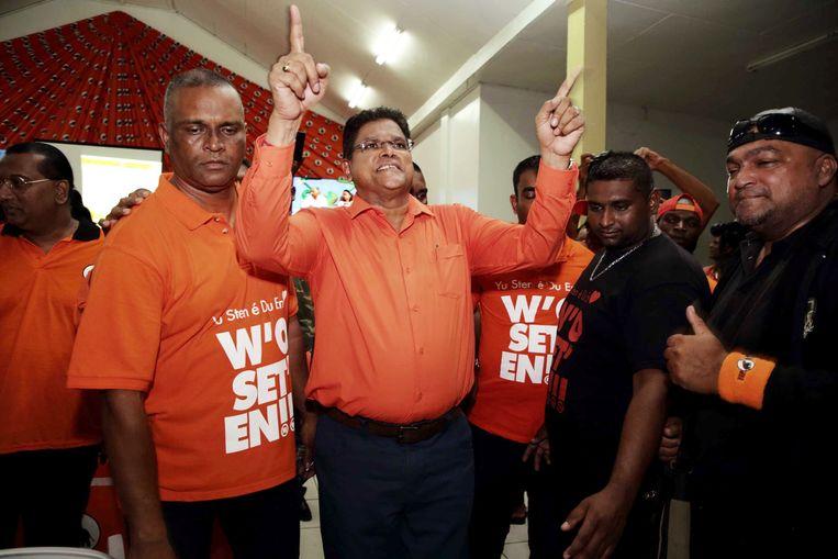 Oppositieleider Chan Santokhi van de VHP viert de zetelwinst in het partijcentrum.  Beeld ANP