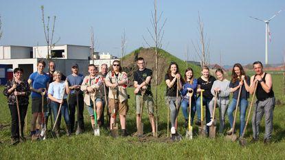 Jeugdbewegingen planten bomen voor Speelbos