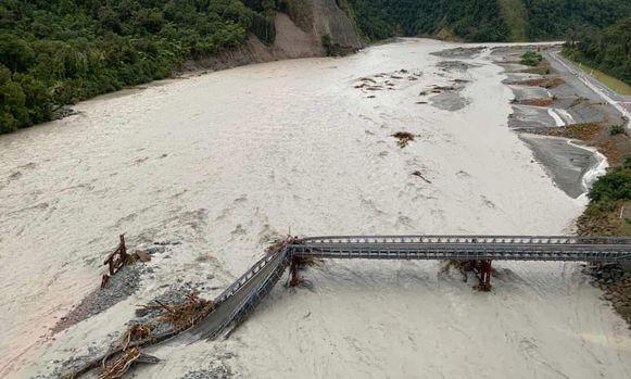 Een brug is door de hevige storm en overstromingen weggeslagen.