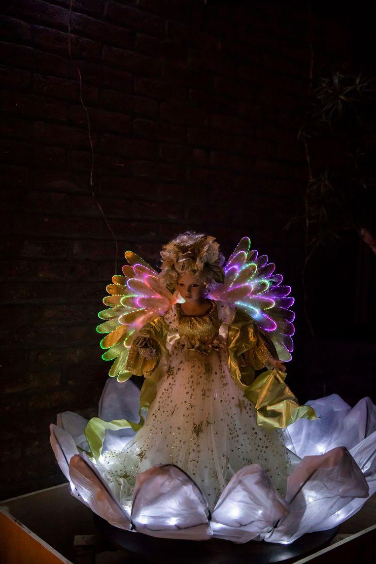 Deze draaiende engel heeft Herman zelf gemaakt, ze draait om haar as door middel van een oude elektrische boor.