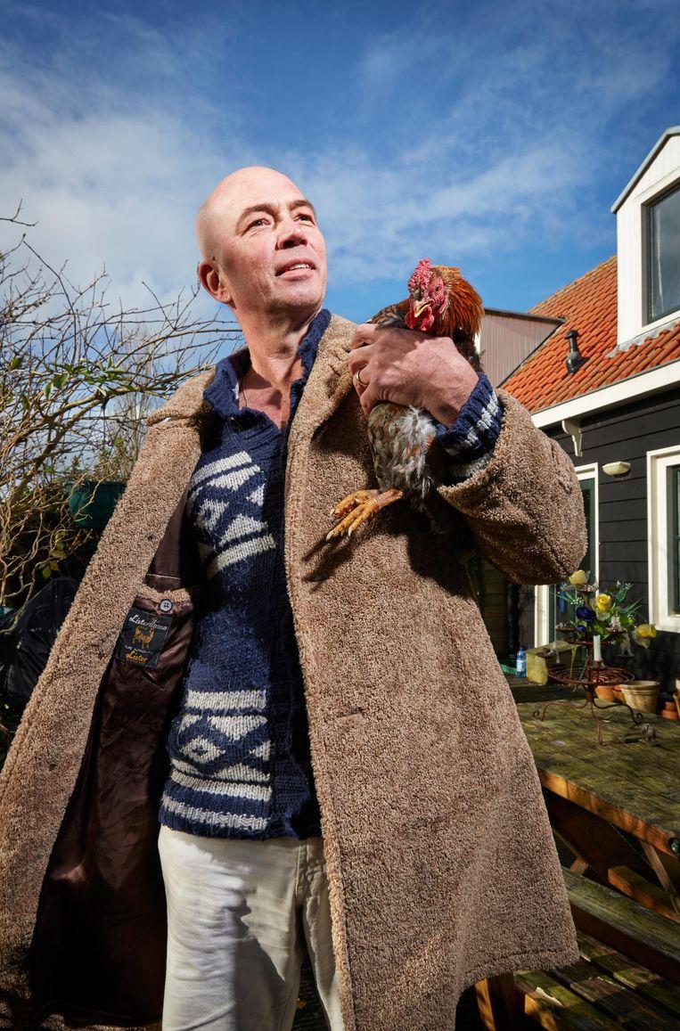 Tommy Wieringa met een kip Beeld Isabella Rozendaal