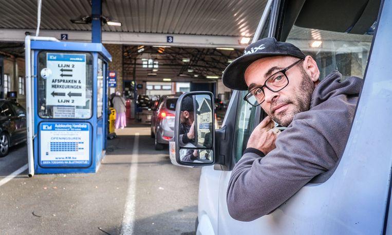 Jonathan Coucke uit Wevelgem, die een bedrijf heeft in Harelbeke, kwam er donderdag een van zijn bestelwagens keuren.