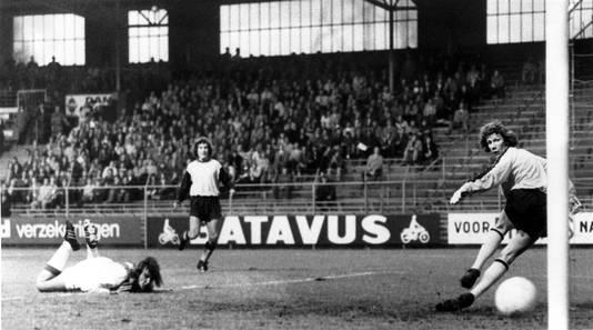 Johan Neeskens scoort tijdens Ajax - Vitesse (12-1) in 1972.