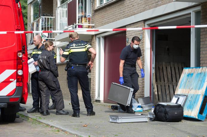 Leden van de Landelijke Faciliteit Ontmantelen (LFO) van politie en brandweer doen onderzoek in de garagebox.