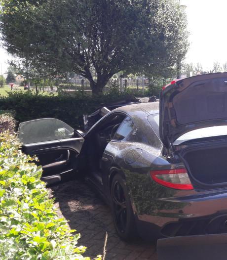 Maserati in vlammen in Doetinchem, brand mogelijk aangestoken