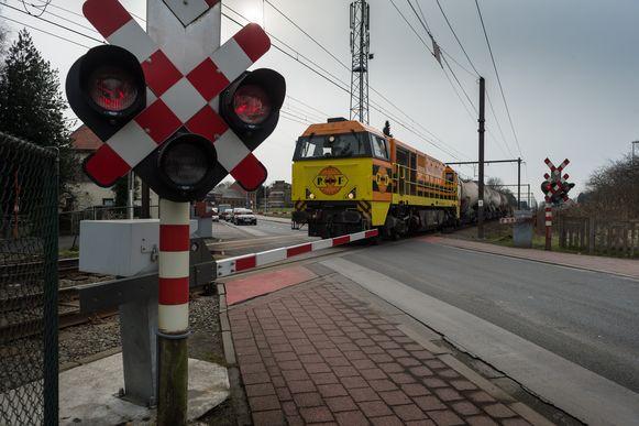 De spooroverweg in de Bankstraat.