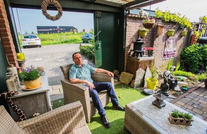 Bert Maas woont in Waalwijk pal aan de Maasroute, precies langs het stuk A59 waar ondanks de aanwezigheid van huizen, géén geluidswal staat.