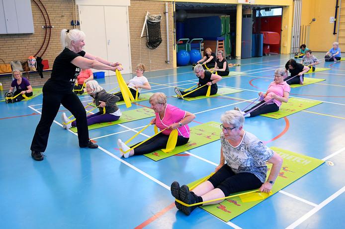 Ton Bras geeft gymnastiekles aan haar vaste clubje.