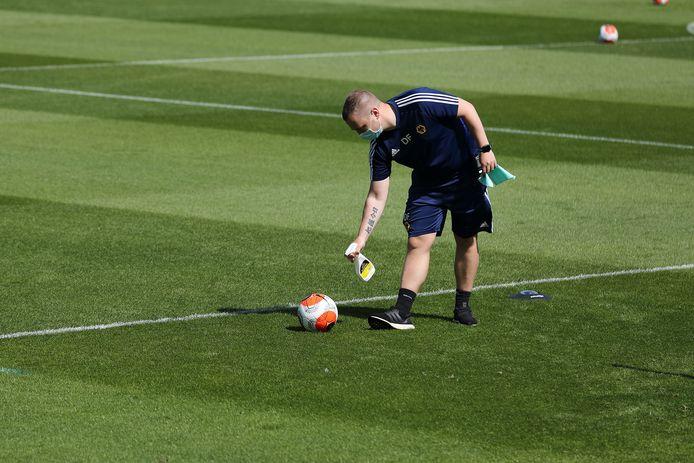 Ook de bal wordt gedesinfecteerd op de trianing van Wolverhampton Wanderers
