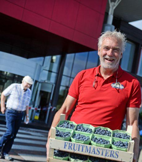 Dankbare ex-patiënt Gerard (59) geeft ic-personeel in Almelo blauwe bessen: 'Ze namen alle tijd voor me!'