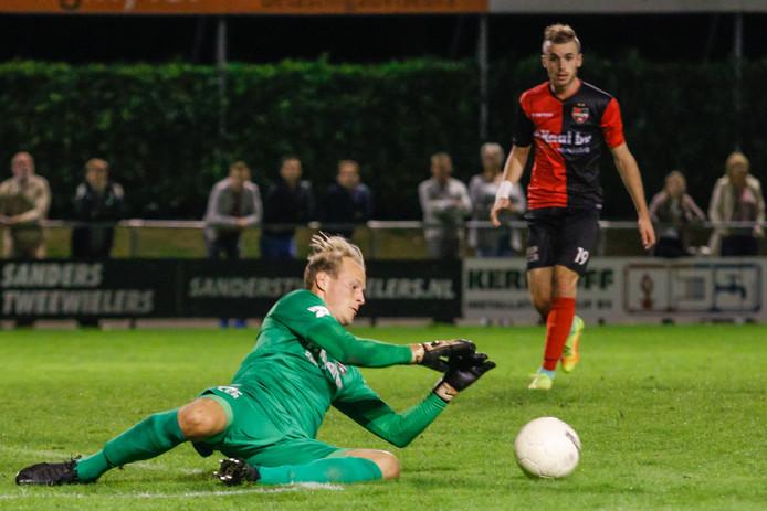 De Treffers-doelman Niels Kornelis in actie in de bekerwedstrijd tegen ASWH.