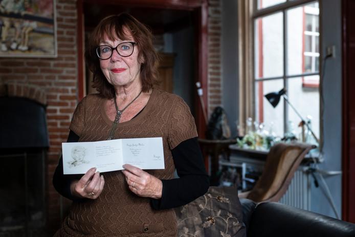 Sonja Bouwkamp krijgt 75 jaar na haar geboorte alsnog een geboortekaartje van zichzelf.