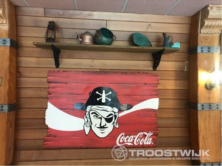 Een reclamebord in piratenstijl