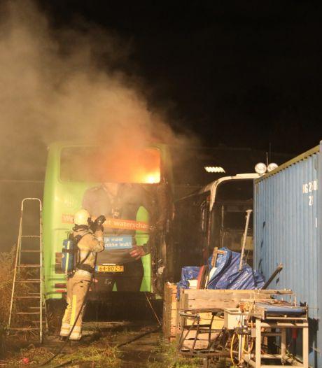 Brandweer heeft handen vol aan omgebouwde camper in Eemdijk