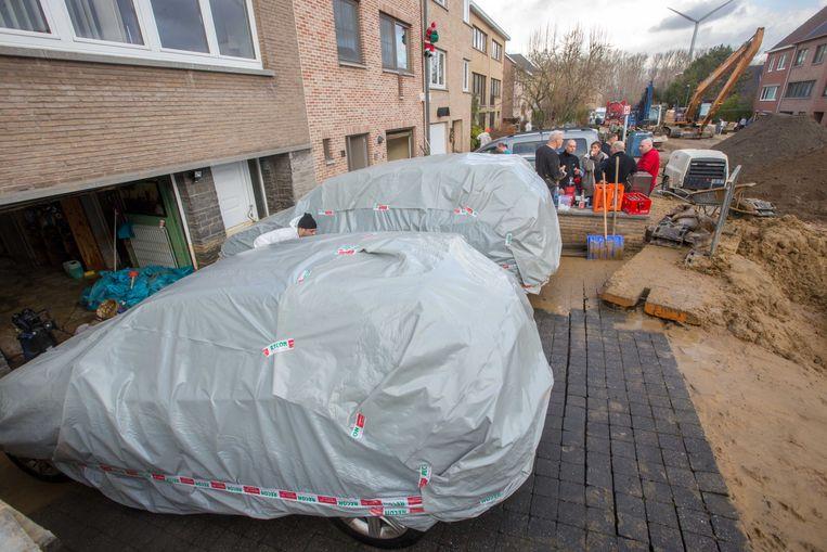 De twee wagens van Christine 'Tinne' Buelinckx en de twee wagens van de buren moeten grondig nagekeken worden
