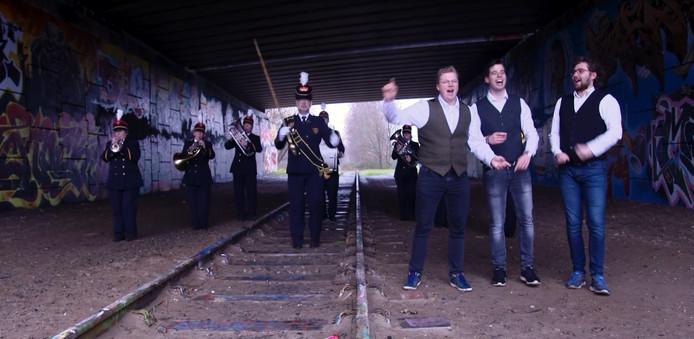 Emile en de Ratelbandjes hebben een feestnummer opgenomen: 'Voor altijd jong'.