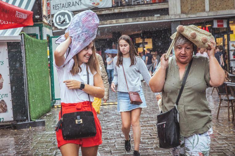 Gentse Feesten in de regen, creatief met hoofdbedekking