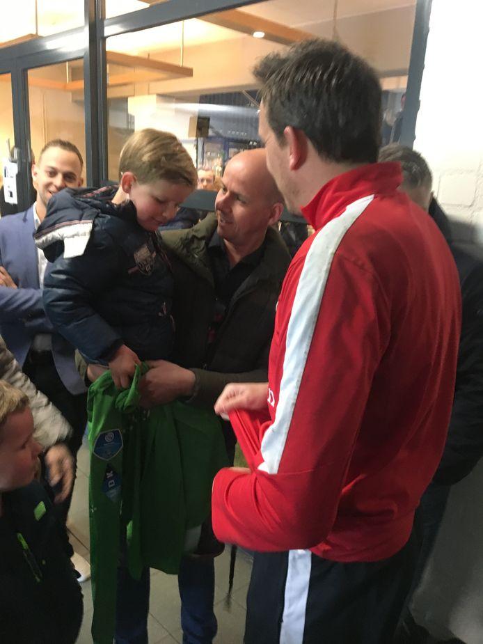 Diederik Boer overhandigt zijn shirt en keepershandschoenen in de mixed-zone van Willem II aan de zesjarige Cas, die eerder dit jaar zijn vinger verloor toen poort tijdens de storm hard dichtsloeg.
