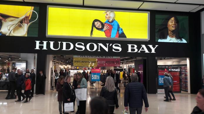 Op de eerste dag van de opheffingsuitverkoop van Hudson's Bay in Utrecht is het druk