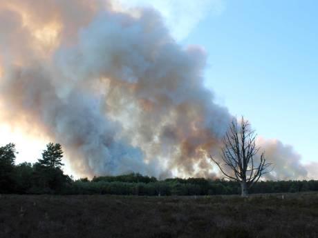 Brandweer hele avond nog bezig met blussen Oldebroekse heide, dinsdag weer schietoefeningen
