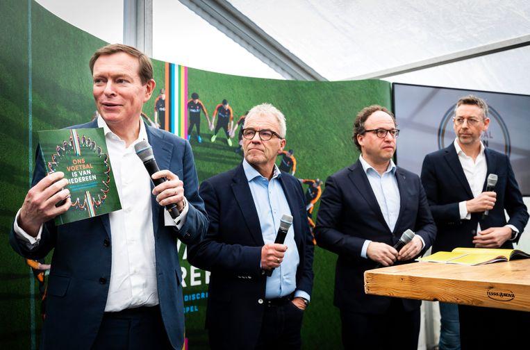 Minister Bruno Bruins (Medische Zorg en Sport), Eric Gudde (directeur betaald voetbal KNVB), minister Wouter Koolmees (Sociale Zaken en Werkgelegenheid), en Jan Dirk van der Zee (directeur amateurvoetbal KNVB). Beeld ANP