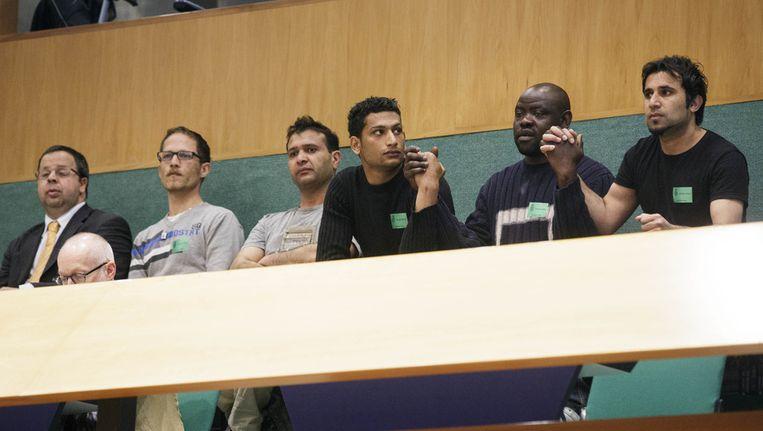 PvdA-Kamerlid Sander Terphuis (links) zit op de publieke tribune tijdens het debat over de strafbaarstelling van illegaliteit en het versoepelen van het vreemdelingenbeleid. Bij minderjarige buitenlanders blijkt de onzekerheid over het krijgen van een verblijfsvergunning de zorg en hulpverlening te overschaduwen. Beeld anp