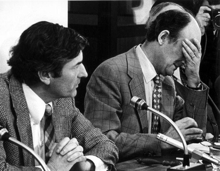 Aantjes (rechts) huilt tijdens de persconferentie waarop hij, naast Ruud Lubbers, zijn aftreden bekendmaakt Beeld anp