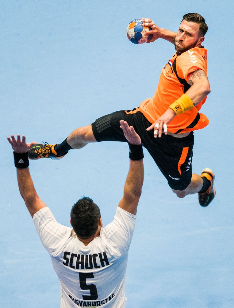 Fabian van Olphen schiet op doel tijdens de kwalificatiewedstrijd Nederland-Hongarije. Beeld Jiri Buller