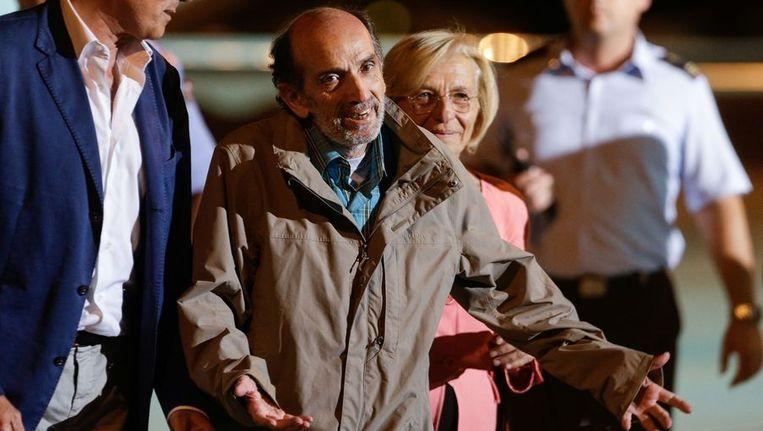 De Italiaanse journalist Domenico Quirico (midden) maakt een gebaar naar journalisten nadat hij uit het vliegtuig is gestapt. Hij is na 152 dagen gevangenschap in Syrië weer veilig aangekomen in Italië. Beeld null
