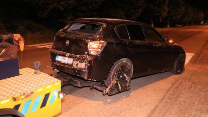 Roekloze bestuurder verliest controle over wagen en komt op centimeters van woning tot stilstand