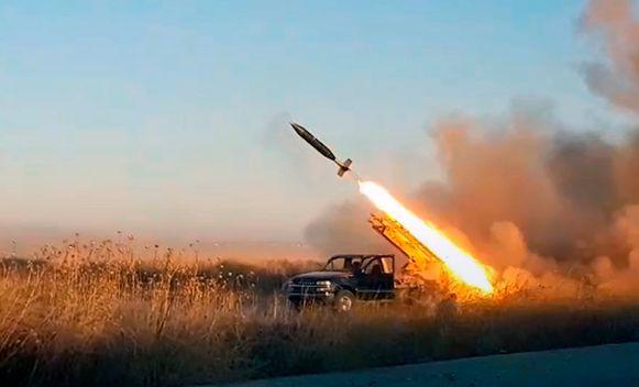 Strijders van Hayat Tahrir al-Sham (HTS) schieten een projectiel af op posities van het Syrische leger bij Khan Sheikhoun in de regio Idlib.