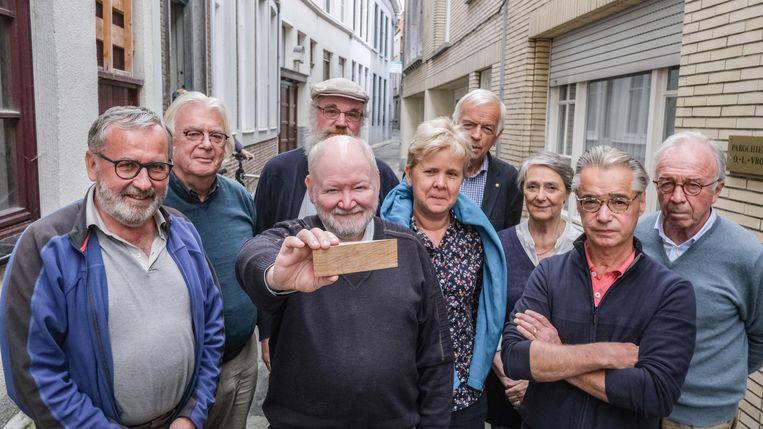 De ploeg van vzw De Kier, met een onbewerkt spietje op de voorgrond.