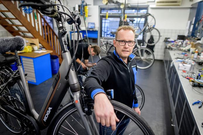 Fietsenmakers hebben tekort aan handjes. Henk-Jan Sieben, die in Denekamp in de zaak Harberink werkt, doet zijn beklag.