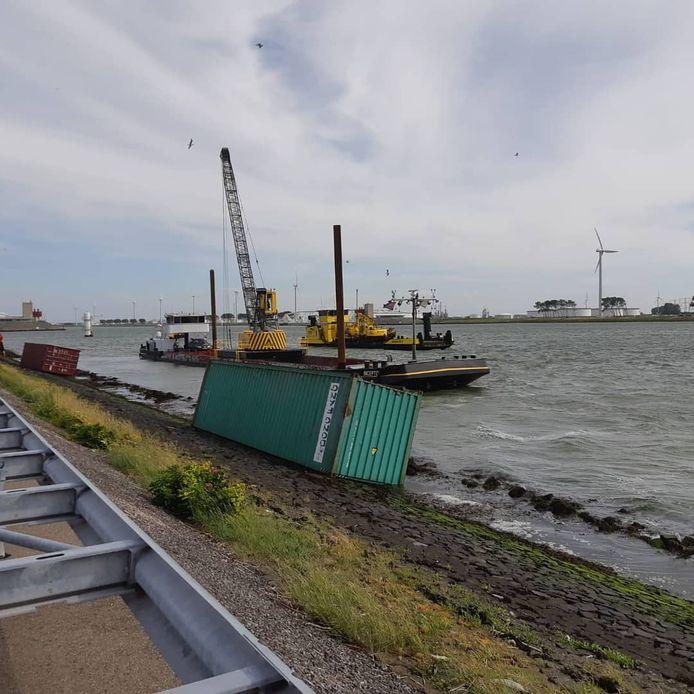 De containers spoelden aan in Hoek van Holland.