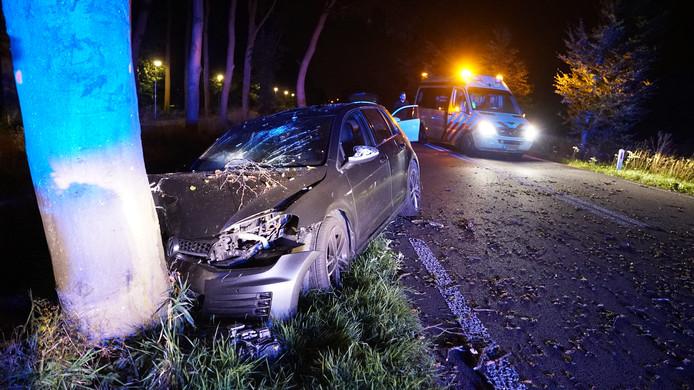 De auto waarin de man tegen een boom reed.