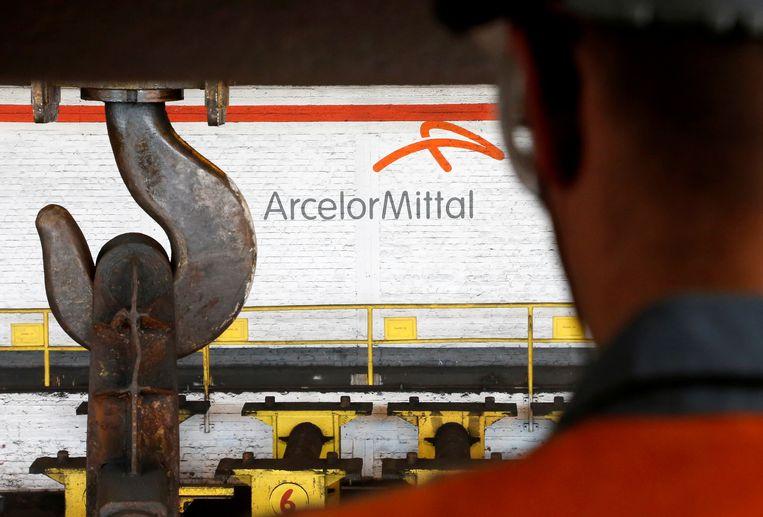 ArcelorMittal Europe overweegt niet om alle Europese contractanten, zowat 19.500 in totaal, te schrappen. Dat meldt de staalreus vandaag in een mededeling.