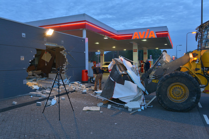 Ramkraak op het AVIA-tankstation in de Reeshof op 28 april 2014.
