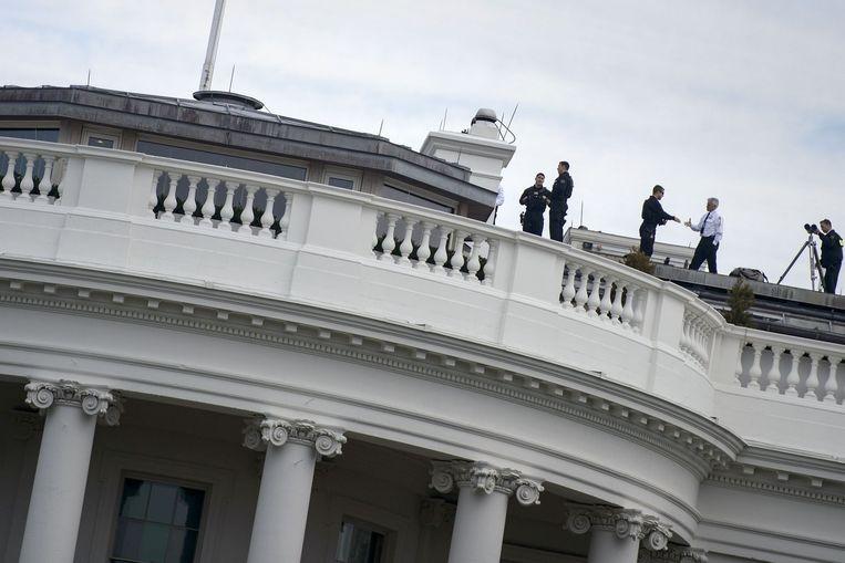 Hoewel Secret Service-agenten permanent op het dak van het Witte Huis zijn, konden ze vorige maand niet verhinderen dat een speelgoed-drone op het terrein belandde. Beeld AFP